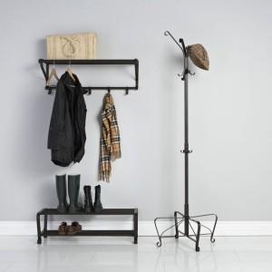 Seria Portis od IKEA to odrobina elegancji w przechowywaniu ubrań. Poszczególne elementy wykonane są z trwałej, czarnej stali z subtelnymi, ozdobnymi detalami. Minimalistyczne rozwiązanie w stylu skandynawskim idealne do oszczędnych lub stylizowanych wnętrz. Ceny: półka na buty - 69,99 zł, półka na kapelusze - 69,99 zł, wieszak stojący - 99,99 zł. Fot. IKEA.