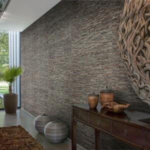 Naturalne włókna sizalu, bambusa, manili były inspiracją do stworzenia tapety Sumatra, dostępnej w sklepie Dekorian. Unikalną fakturę naturalnych surowców podkreśla połyskujący, perłowy połysk. Fot. Dekorian.