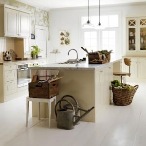 Klasyczna wyspa kuchenna z zamontowanym zlewozmywakiem i sporą powierzchnią roboczą blatu na przygotowywanie posiłków. Kamienny blat pięknie harmonizuje z kremowym kolorem frontów i korpusu wyspy. Fot. Marbodal, kuchnia Lindö.
