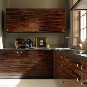 Dekor eleganckiego, ciemnego hebanowego drewna pięknie zdobi kuchnię i komponuje się z wykończeniem na połysk. Fot. Black Red White, meble kuchenne Savana.