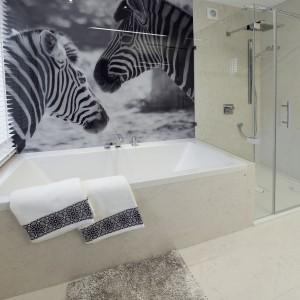 W jednej z łazienek ścianę nad wanną wykończono wdzięczną tapetę z motywem dwóch uroczych zebr. Projekt: Marta Pala-Szczerbak. Fot. Piotr Lipiecki.