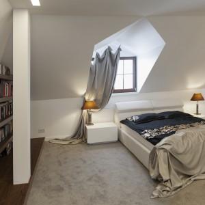 Łóżko w sypialni na poddaszu, ustawiono pod efektownie zarysowaną skośną ścianką. Pełni ona funkcję dekoracyjną, wspólnie z fantazyjnie zawieszoną zasłoną. Projekt: Marta Pala-Szczerbak. Fot. Piotr Lipiecki.