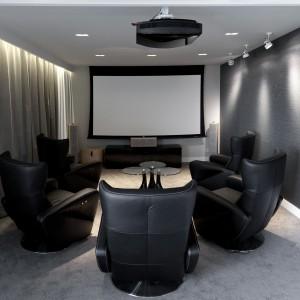 W jednym z pomieszczeń urządzono salę kinową. Projekt: Marta Pala-Szczerbak. Fot. Piotr Lipiecki.