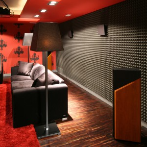 W salonie kinowym, znajdującym się w piwnicy, zadbano o każdy szczegół m.in. zastosowano specjalny materiał akustyczny, znajdujący się na ścianie tuż za kanapą. Projekt: Małgorzata Szajbel-Żukowska, Maria Żychniewicz. Fot. Bartosz Jarosz.