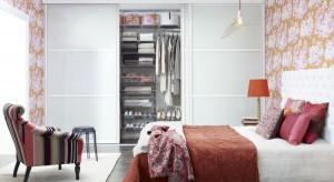 Przestrzeń do przechowywania odzieży najczęściej lokujemy w sypialni lub w jej bliskim sąsiedztwie. W zależności od metrażu, jakim dysponujemy, możemy zdecydować się na tradycyjną wolno stojącą szafę, szafę wnękowąlub garderobę w oddz