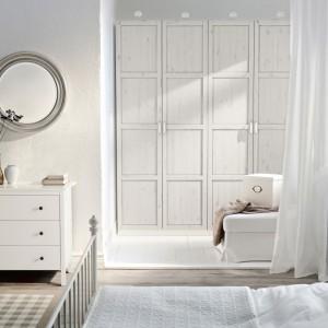 Dodatkowe zakamarki w sypialniach, zwłaszcza jeśli nie potrzebujemy dużej przestrzennej garderoby, można wykorzystać jako miejsce na pojemną szafę. Dzięki temu przestrzeń wokół niej można dodatkowo zagospodarować. Fot. IKEA.
