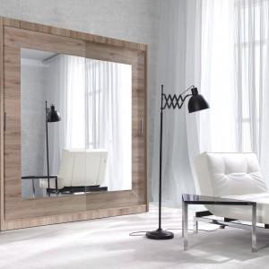 Niezwykle ważnym elementem szafy czy garderoby jest oczywiście lustro, które nie tylko pomaga w przymierzaniu ubioru, ale optycznie powiększa wnętrze. Alfa to kolekcja klasycznych szaf przesuwnych z lustrem od marki Helvetia, które dostępne są w czterech wersjach kolorystycznych. Fot. Helvetia Wieruszów.