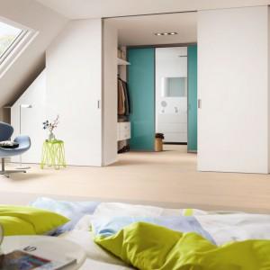 Ideałem byłoby, gdyby garderoba znajdowała się pomiędzy sypialnią a łazienką. Takie rozwiązanie jest niezwykle praktyczne, komfortowe i w ostatnim czasie bardzo modne. Niestety nie da się go zrealizować w każdym mieszkaniu. Fot. Raumplus.