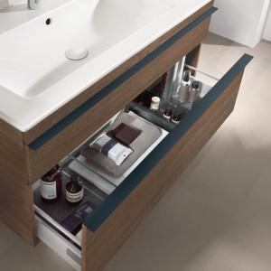 Szafka pod umywalkę z kolekcji mebli Venticello Villeroy&Boch ma głęboką szufladę z systemem wewnętrznej organizacji. Fot. Villeroy&Boch.