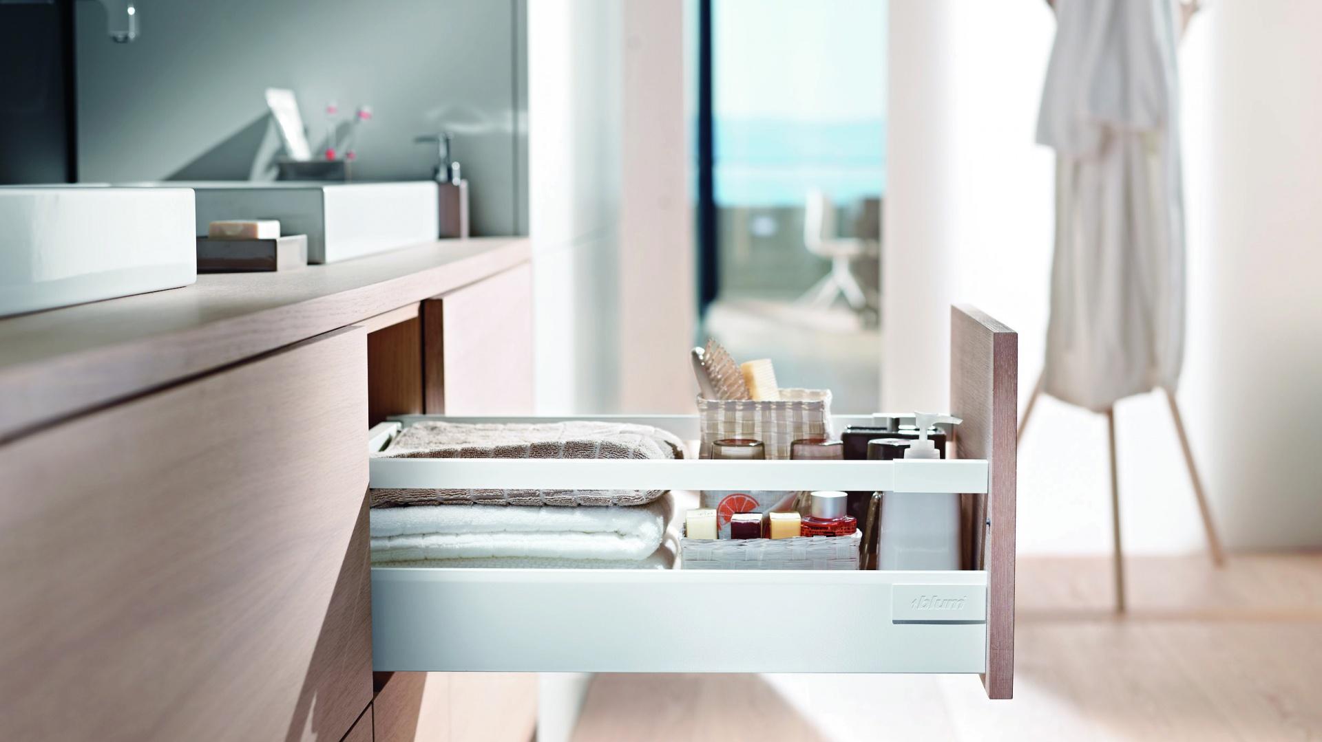 Szuflada Tandembox Antaro firmy Blum ma praktyczny reling, który pomaga przechowywać także wysokie opakowania i utrzymuje zawartość w miejscu. Fot. Blum.
