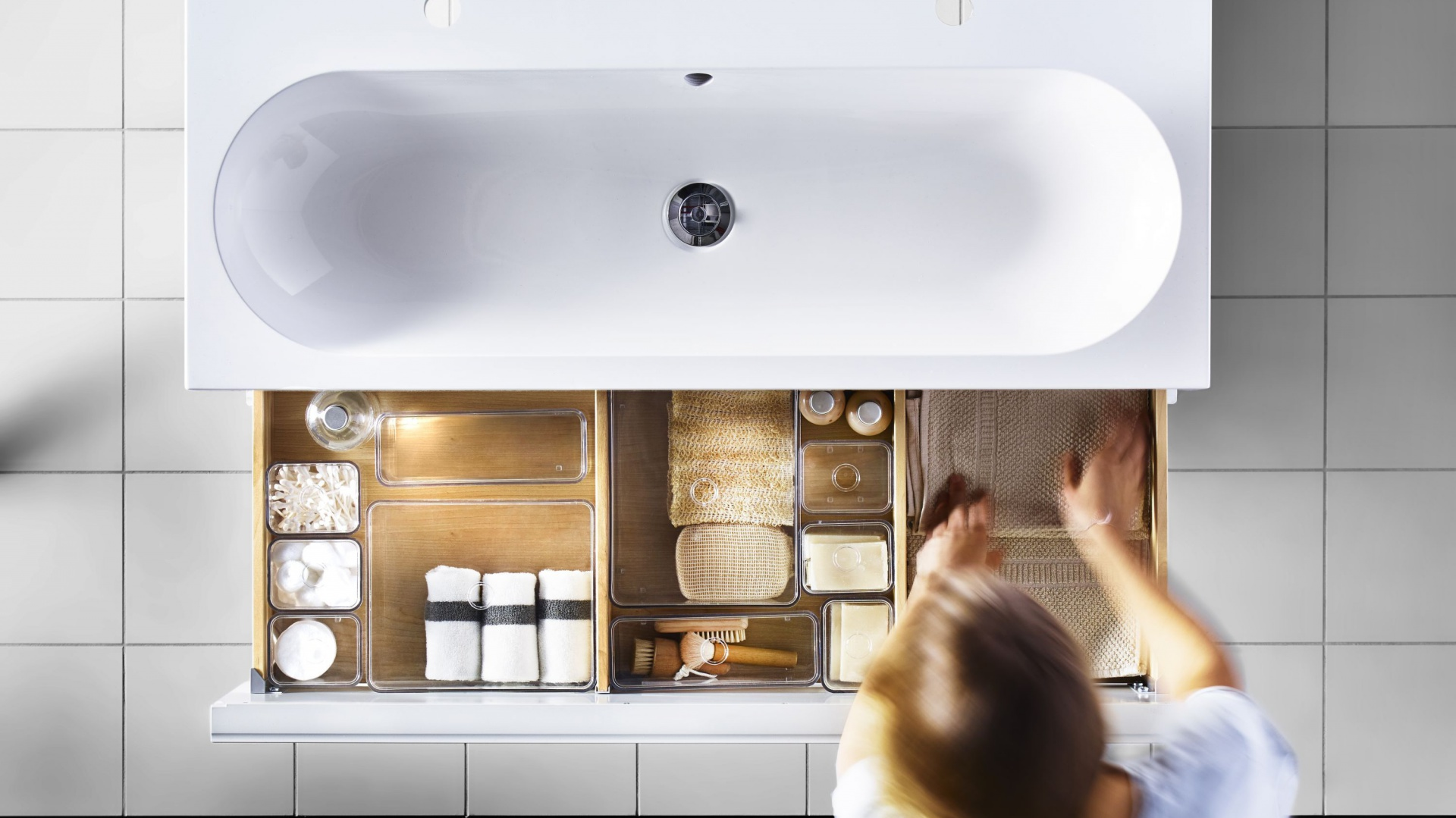 Do szafki podumywalkowej z szuflada Godmorgon/Braviken firmy IKEA można indywidualnie dopasować przezroczyste pojemniki, które pomogą utrzymać porządek. Fot. IKEA.