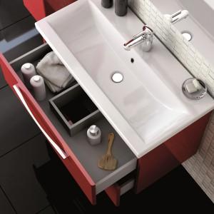 W zestawie mebli Jump firmy Elita szafka pod umywalkę wyposażona jest w dwie szuflady. Górna z wycięciem na syfon - idealna na drobiazgi. Fot. Elita.
