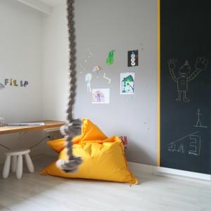 Oryginalnym elementem aranżacji jest lina marynarska, przymocowana do sufitu nieopodal łóżka. Jest ona źródłem inspiracji do wielu zabaw podnoszących sprawność fizyczną chłopca. Fot. Bartosz Jarosz.