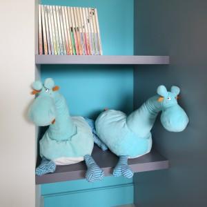 Do przechowywania służy szaro-niebieski zestaw mebli. W praktycznej zabudowie jest miejsce zarówno na ubrania, jak i zabawki. Fot. Bartosz Jarosz.