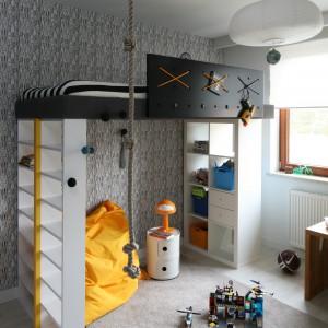 Chociaż wygląd łóżka przypomina piracki statek, służy nie tylko do snu i zabawy, lecz także sprytnie organizuje przestrzeń malucha. Wszystko za prawą praktycznych półek, na których młody gospodarz trzyma zabawki. Fot. Bartosz Jarosz.