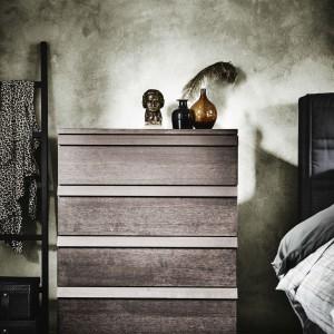 Zintegrowane uchwyty nadają komodzie Oppland prosty, minimalistyczny wygląd. Fot. IKEA