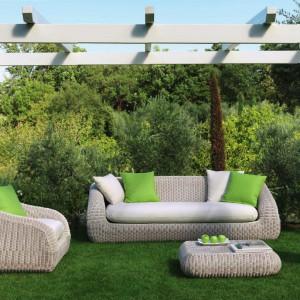 Samodzielnie umieszczona pergola może optycznie wydzielić miejsce przeznaczone do odpoczynku. Wygodne meble ogrodowe gwarantują mile spędzony czas. Fot. Ethino.