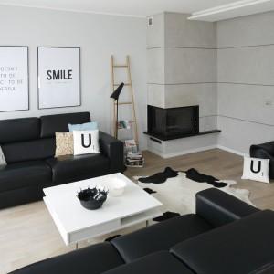 Biały stolik kawowy na lekkich aluminiowych nóżkach doskonale wpisał się w utrzymane w loftowych szarościach wnętrze. Projekt: Beata Kruszyńska. Fot. Bartosz Jarosz.