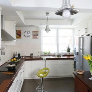 Designerskie oświetlenie podkreśla oryginalny wygląd kuchni łączącej w sobie dwa style: skandynawski i klasyczny. Projekt: Magdalena Misaczek. Fot. Bartosz Jarosz.