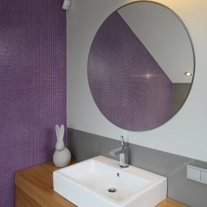 Efektowny kontrast stanowi zestawienie geometrycznej ceramiki sanitarnej o okrągłych luster umieszczonych nad każdą z umywalek. Fot. Bartosz Jarosz.