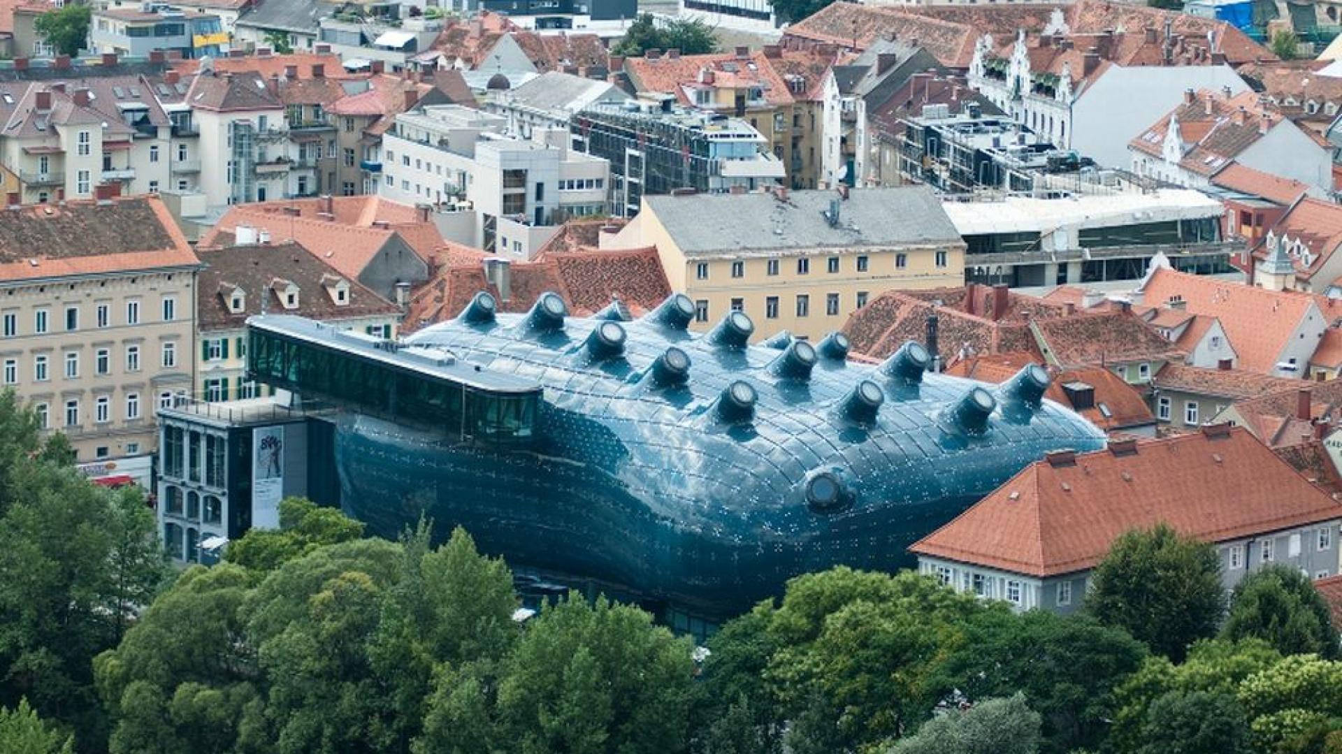 Kunsthaus Graz, czyli muzeum sztuki w Grazu, zostało zbudowane w 2003 jako element obchodów  przyznania miastu tytułu Europejskiej Stolicy Kultury. Fot. Roberto