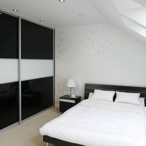 W sypialni zadbano także o prawidłowe oświetlenie. Wiele punktów umieszczonych w suficie zapewnia prawidłowe oświetlenie całego wnętrza. Fot. Bartosz Jarosz.