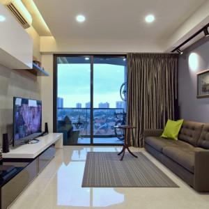 W usytuowanym na wysokim piętrze mieszkaniu, widok za oknem pełni istotną rolę dekoracyjną. Ujęty w ramy stonowanych barw i eleganckich mebli, prezentuje się nad wyraz efektownie. Projekt: KNQ Associates. Fot. KNQ Associates.