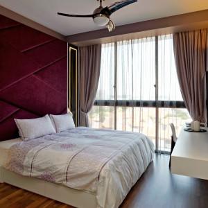 W głównej sypialni wzrok przyciąga intensywnie śliwkowy, tapicerowany zagłówek. Stanowi on najmocniejszy akcent dekoracji, pod który dopasowano kolorystycznie zasłony. Projekt: KNQ Associates. Fot. KNQ Associates.