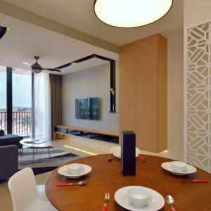 Jadalnia i salon tworzą wspólną przestrzeń. Krzesła w jadalni kolorystycznie dopasowano do efektownego elementu działowego: ażurowego przepierzenia. Projekt: KNQ Associates. Fot. KNQ Associates.