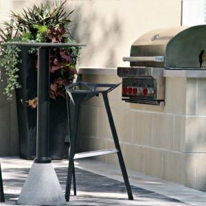 Wysokie stołki barowe One świetnie sprawdzą się na tarasie. Wykonane z trwałego, anodowanego aluminium umożliwia korzystanie z krzeseł na zewnątrz. Projekt: Konstantin Grcic. Fot. Magis.