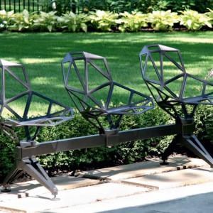 Ławka ogrodowa bazująca na słynnym projekcie One. Projekt: Konstantin Grcic. Fot. Magis.