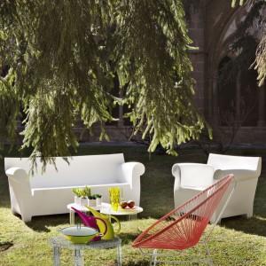 Bubble Club Sofa wykonana z barwionego w masie polietylenu. Miękka linia podłokietników kontrastuje z prostą linią oparcia. Projekt: Philipe Starck. Fot. Kartell.