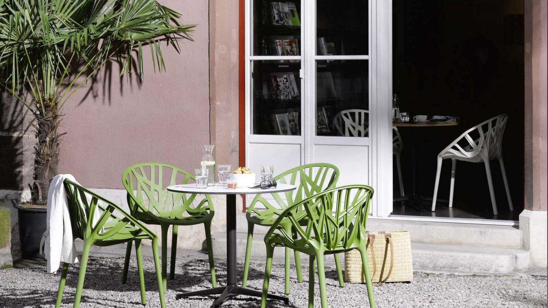 Krzesła Vegetal to klasyczna propozycja, która świetnie sprawdzi się także na tarasie. Krzesła dostępne w wielu kolorach. Projekt: Ronan & Erwan Bouroullec. Fot. Vitra.