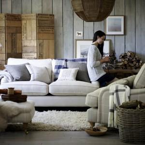 Miękkie wypoczynki z beżowym obiciem w białą, grubą kratkę. Są niezwykle wygodne, a ich ciepły kolor sprawia, że wnętrze które zdobią staje się bardzo przytulne. Fot. DFS Furniture.