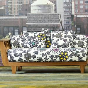 Sofa Inout 906 marki Gervasoni. Designerskie połączenie naturalnego piękna drewna z tapicerką drukowaną w graficzne kwiaty. Fot. Gervasoni.