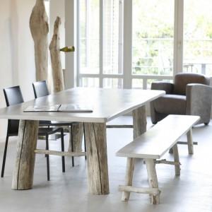 Zestaw do jadalni lub salonu w stylu skandynawskim. Gładkie blaty oparto na nogach z drewna wystylizowanego na surowy materiał. Fot. Darwins Home.