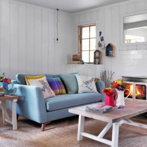 Przepis na pokój gościnny w stylu skandynawskim: błękitna sofa o prostej formie i minimalistyczny stolik kawowy z drewna. Fot. House of Fraser.