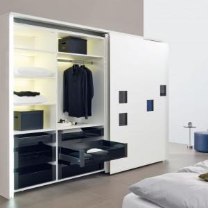 InLine XL - to nowe okucie do drzwi przesuwnych firmy Hettich - duże skrzydła po zamknięciu tworzą jedną płaszczyznę. W środku niezwykle funkcjonalne szuflady ArciTech z cichym domykaniem i samodociągiem w modnej czerni, pięknie kontrastujące z białym korpusem szafy. Fot. Hettich.