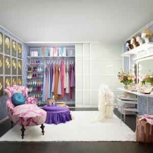 System do przechowywania firmy Elfa umożliwia indywidualne dobieranie poszczególnych elementów garderoby czy szafy oraz ich łatwą modyfikację, np. szybką zmianę wysokości zawieszenia półek lub dodanie nowych elementów. Dzięki takim rozwiązaniom można wyczarować sobie garderobę godną celebrytki. Fot. Elfa.