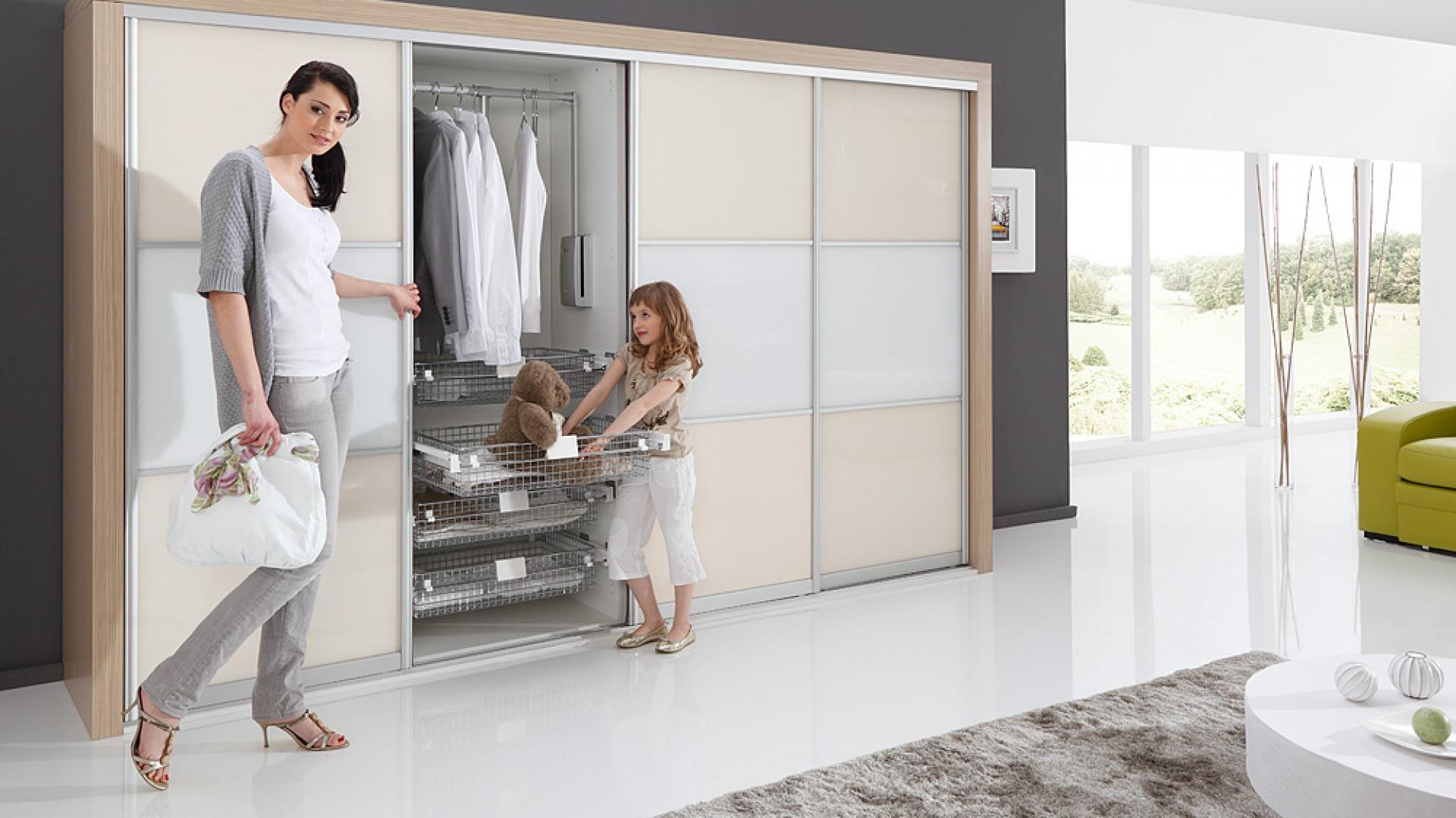 Firma Rejs posiada w swojej ofercie m.in. niezwykle funkcjonalne wysuwane szuflady do nowoczesnej szafy czy garderoby, dzięki którym uzyskamy łatwy dostęp do przechowywanych rzeczy. Fot. Rejs.