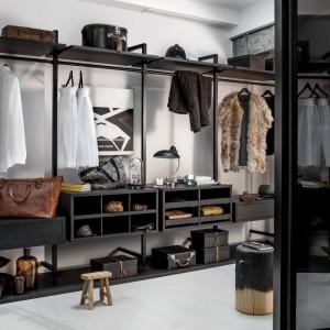 W tej garderobie postawiono nie tylko na jej praktyczną stronę (liczne półki, drążki i szuflady doskonale organizują przechowywanie), ale także na nowoczesny designerski wystrój. Fot. Raumplus.