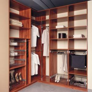 We wspólnej szafie czy garderobie niezwykle funkcjonalnym pomysłem jest podział na strefę damską i męską, dzięki czemu łatwiej jest utrzymać porządek i mieć poręczny dostęp do swojej odzieży. Fot. Komandor.