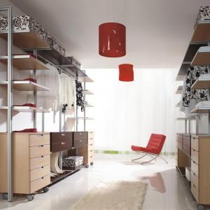Oddzielne pomieszczenie na garderoby, i to na dodatek z dostępem naturalnego światła, to zapewne marzenie wielu osób. Jeśli mamy możliwość zaaranżowania takiej przestrzeni, warto zaprojektować je jak najfunkcjonalniej, z wykorzystaniem zabudowy na wymiar. Fot. Komandor.