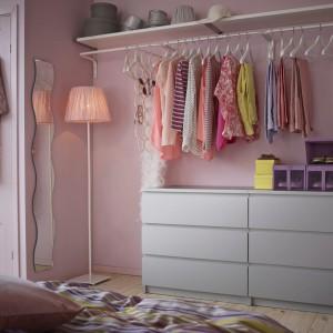 Przechowywanie odzieży na wierzchu może zyskać funkcję dekoracyjną, pod warunkiem, że potrafimy w takiej strefie utrzymać porządek. Sypialnia tak zaaranżowana zyska na przytulności, a dostęp do odzieży będzie szybki i łatwy. Fot. IKEA.