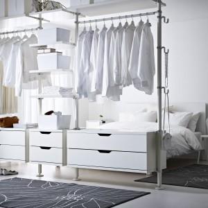 Niektórzy nie potrzebują szafy ani garderoby, żeby mieć uporządkowaną odzież. System Stolmen od IKEA to wielofunkcyjne otwarte kombinacje do przechowywania, które można zestawiać w dowolny sposób. Opiera się on na słupkach przymocowanych do ściany lub sufitu. Wystarczy dodać swoją własną kombinację szuflad, haczyków, półek, luster czy drążków. Fot. IKEA.