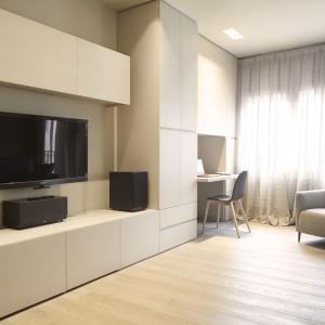 W salonie w rogu pomieszczenia znajduje się przestrzeń, przeznaczona na niewielki kącik do pracy. Projekt: Coblonal Arquitectura. Fot. Coblonal Arquitectura.