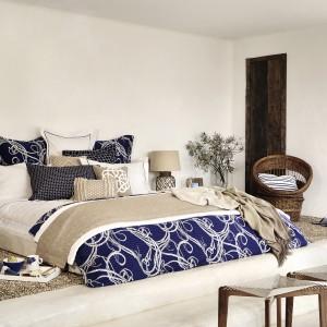 Połączenie bieli, ciemnych szarości oraz tkanin w kolorze intensywnego, niebieskiego koloru każdej sypialni doda przytulności. Fot. Zara Home.
