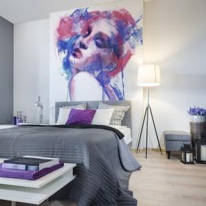Fototapeta umieszczona na ścianie kolorystycznie nawiązuje do dodatków, które ocieplają wnętrze. Fot. Big Trix.