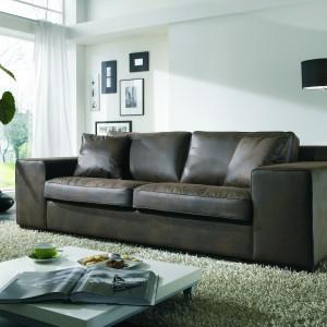 Bardzo komfortowa, elegancka i stylowa sofa Sabien tapicerowana na stałe, posiada luźne siedziska i oparcia. Model posiada trzy rodzaje podłokietników. Fot. Primavera.