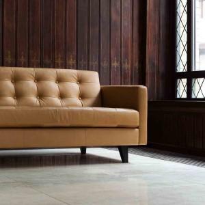Skórzana sofa Ingrid z charakterystycznymi przeszyciami oparcia o klasycznym designie. Fot. Sits.